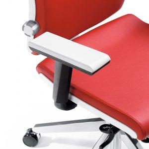 Biuro kėdė su reguliuojamais porankiais.