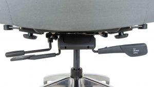 Ergonominė kėdė Hilton turi išskirtinės formos sėdyne užapvalintais kraštais.