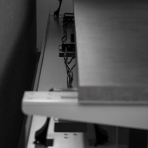 Reguliuojamo aukščio stalo eModel laidų pravedimas.