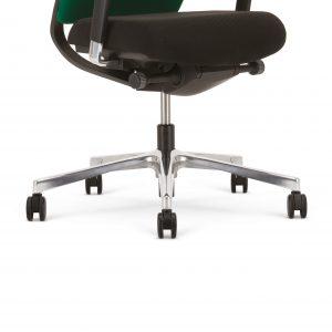 Ergonominė kėdė Denuo su poliruoto aliuminio pagrindu.