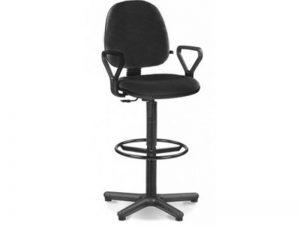 Specialios paaukštintos kėdės su atrama kojoms.
